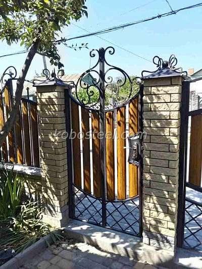 Забор из евроштакетника в Украине.